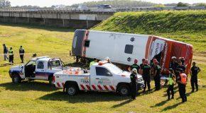 Dos muertos y heridos graves al volcar un micro en la Autovía 2. Mapa de mortalidad Argentina 2020.